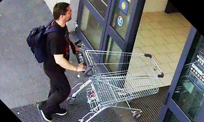 Keresik a képen látható férfit, megkéselt egy biztonsági őrt