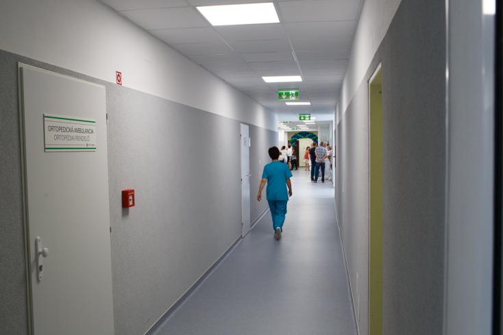 TRAGÉDIA: Kiugrott a kórház negyedik emeleti erkélyéről egy férfi, már nem tudták megmenteni
