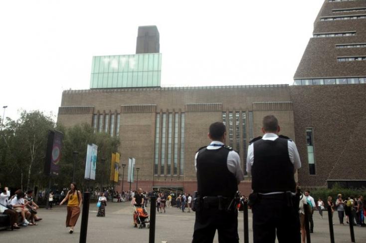 Lehajítottak egy hatéves gyereket a londoni Tate Modern múzeum teraszáról!