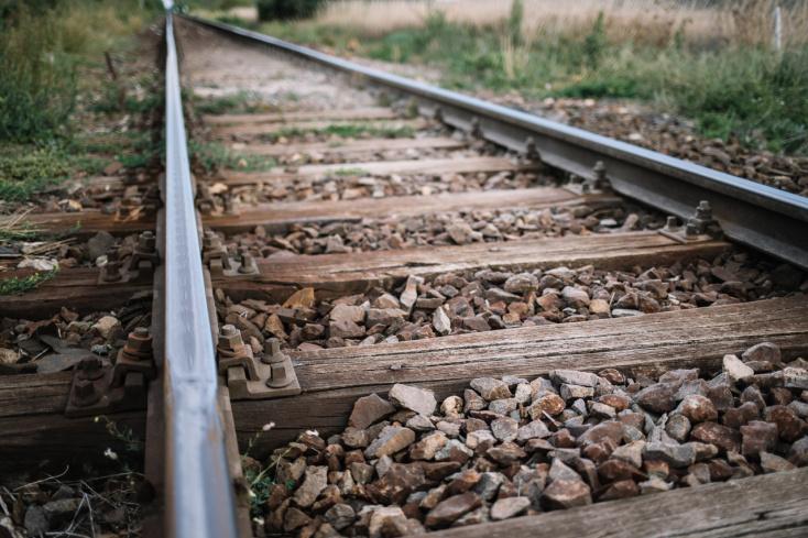 TRAGÉDIA: Személyvonat gázolta halálra a vasúti alkalmazottat