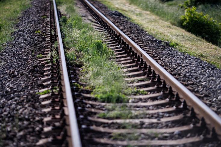 BORZALOM: A sínen ülve várta a vonatot a 21 éves nő