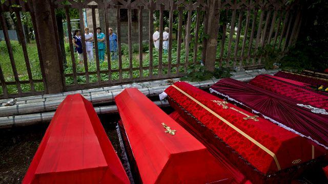 Hűtőkocsiban tárolnak több mint 150 holttestet, mert nincs hely a halottasházban