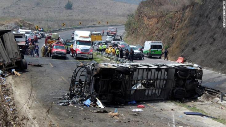 Utasokkal teli busz ütközött teherautóval, rengeteg a halott és a sérült