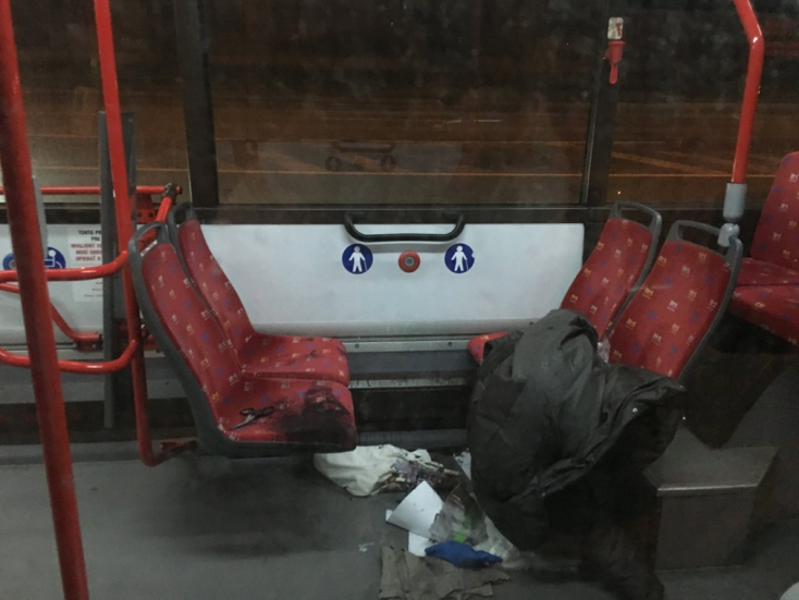 Leöntötte magát savval egy nő a városi buszban – FOTÓK