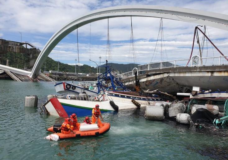 Összeomlott egy híd Tajvanon, többen megsérültek, az eltűnteket keresik (FOTÓK)