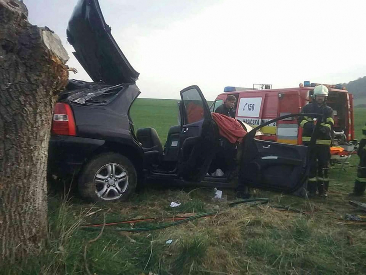 Fának csapódott egy személykocsi, két súlyos sérült, az egyik utast újra kellett éleszteni!