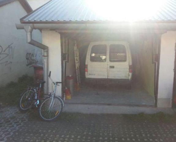 TRAGÉDIA: Fiatal pár holttestére bukkantak egy garázsban parkoló autóban