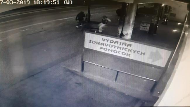 Brutálisan megvertek egy férfit az utcán, a biztonsági kamera mindent rögzített