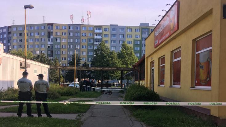 Dráma a lakótelepen - fejbe lőtte magát egy férfi a rendőrök előtt!