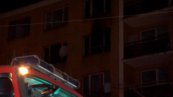 Súlyosan megégett egy kisbaba a lakástűzben – az anya részeg volt, a gyerekek cigizhettek