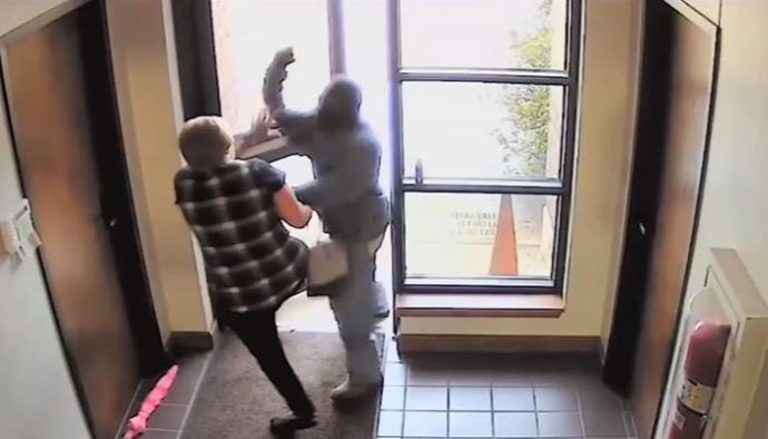 Hatvanéves nő futamította meg a fegyveres bankrablót – VIDEÓ!