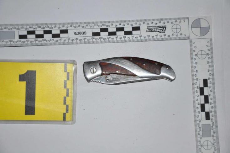 Fiatalok bántalmaztak egy férfit a belvárosban, egyikük kést állított áldozata hátába