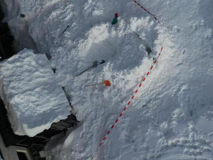 Maga alá temetett egy jégkunyhó egy kisgyereket Svájcban, nem élte túl