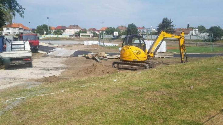 Halálos munkabaleset az iskolánál, betonoszlop dőlt egy munkásra