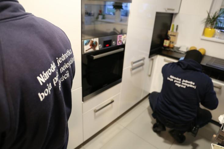 Szervezett bűnbandára csapott le a rendőrség – fotókon az akció