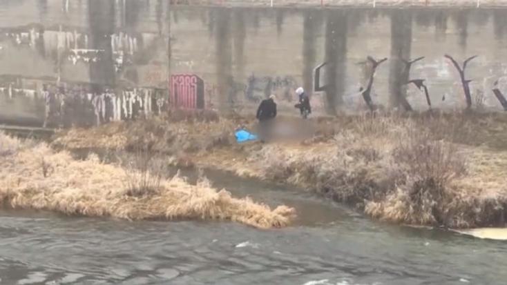 Holtan találtak egy férfit a folyóparton, a felsőteste a víz alatt volt