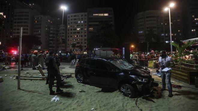 Autó hajtott a járókelők közé Rio de Janeiro híres strandján