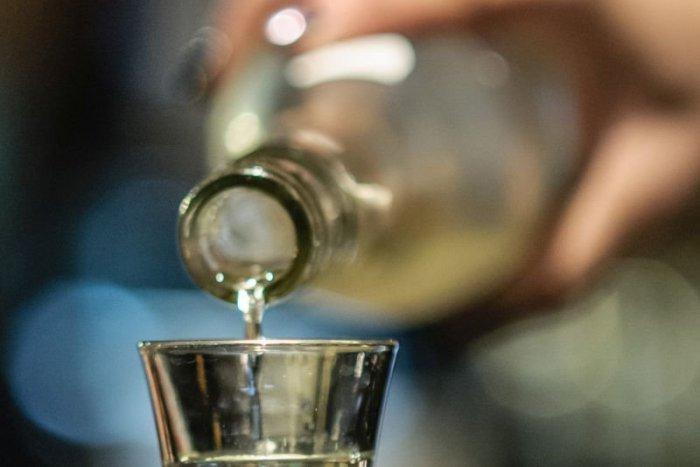Sokan meghaltak pancsolt szesztől, ahol a járvány miatt korábban betiltották az alkohol árusítását