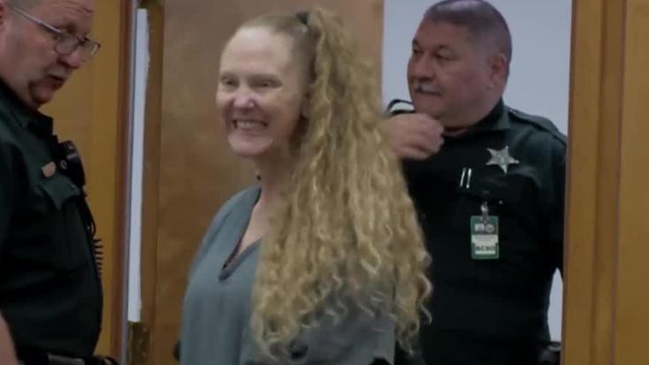 Mosolygottés integetett ítélethirdetéskora nő, aki 69 szúrással végezte ki azédesapját– VIDEÓ