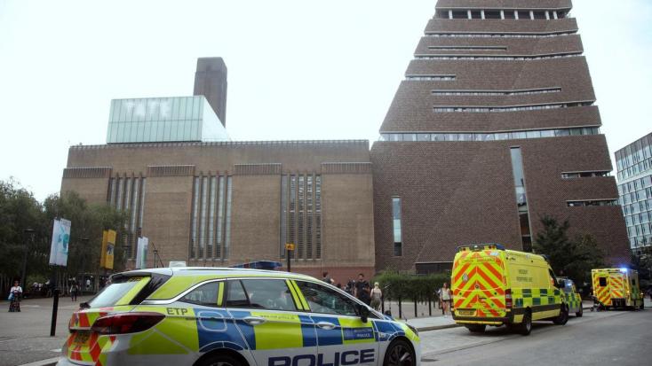 Túl van az életveszélyen a londoni múzeum teraszáról ledobott kisfiú