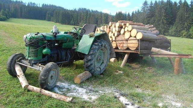 Traktor alá szorult egy férfi – nem élte túl