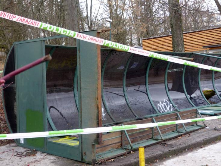 TRAGÉDIA: Felborított egy buszmegállót az erős szél, meghalt egy négyéves kislány!