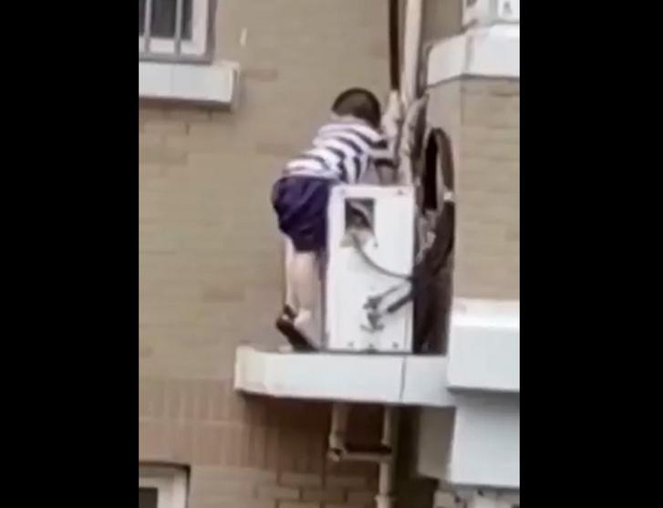 Ötödik emeletről zuhant a mélybe egy kisfiú, csodával határos módon túlélte – VIDEÓ 18+
