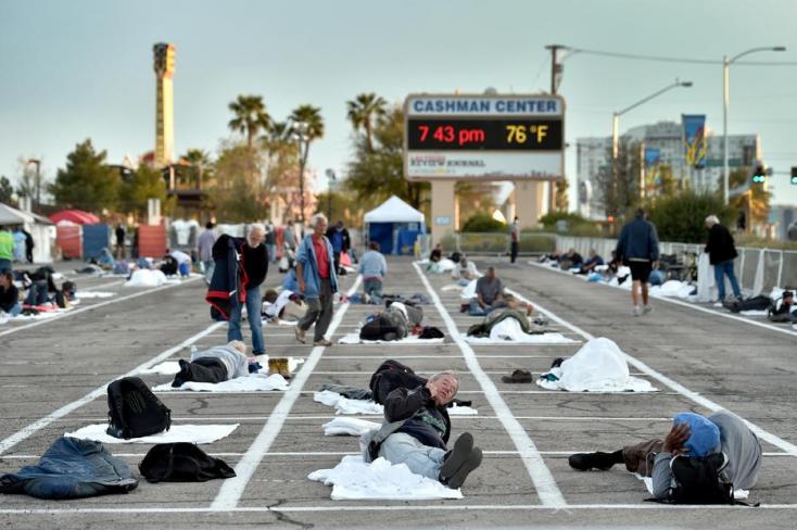 Döbbenet:A betonon fekszenek a hajléktalanok Las Vegasban, miután bezárták a szállót, aholegy lakó tesztje pozitív lett – FOTÓK