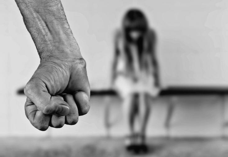 BORZALOM: Két egykori válogatott magyar vízilabdázó erőszakolhatott meg hónapokon keresztül egy 11 éves kislányt!