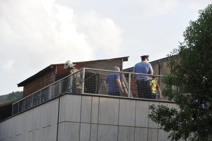 SZÖRNYŰ: Meghalt egy gyerek a budapesti sportközpont tetején keletkezett tűzben