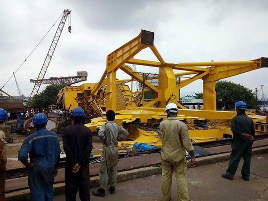 11-en meghaltak, miután felborult egy kikötői daru Indiában