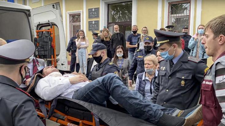 Nyakon szúrta magát egy ellenzéki aktivista a minszki bíróságon (videó 18+)
