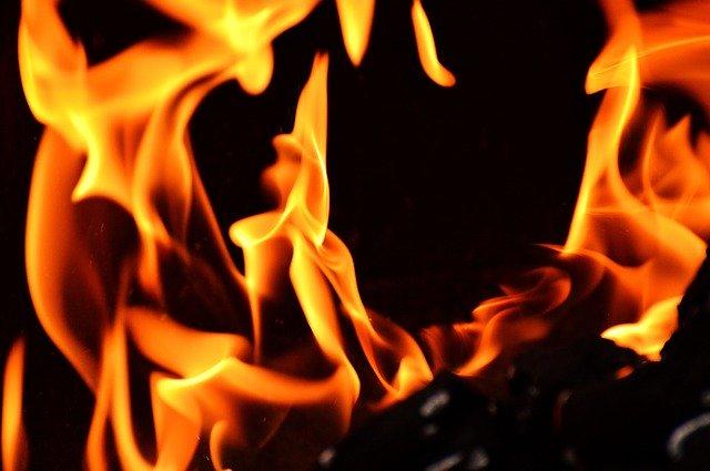 Lakástűzhöz riasztották a tűzoltókat - egy ember meghalt