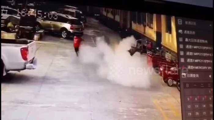 BRUTÁLIS: Levegőbe repült egy nyolcéves kisfiú, miután petárdát dobott az aknába – VIDEÓ