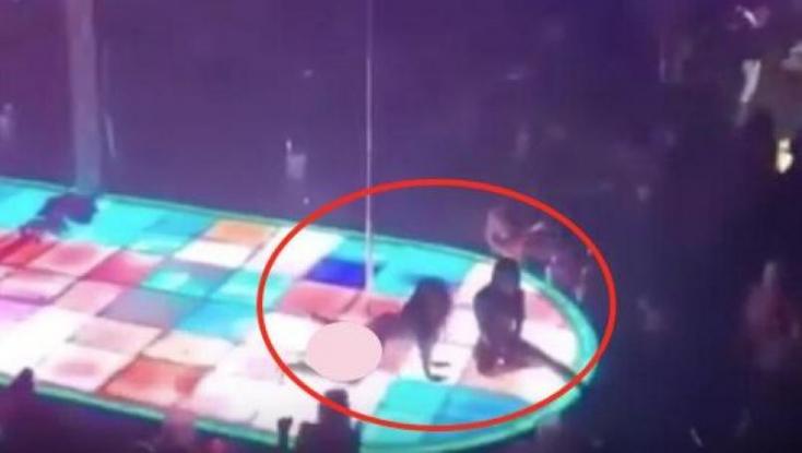 Hat méter magasból zuhant a földre a rúdtáncos, sérülten is folytatta a műsort – VIDEÓ