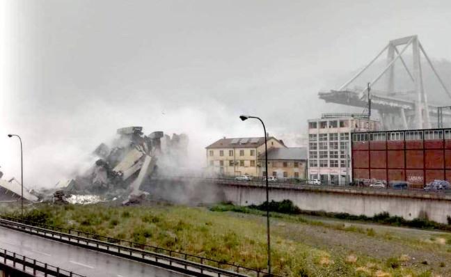 TRAGÉDIA: Leszakadt egy autópályahíd Olaszországban - halottak! VIDEÓ