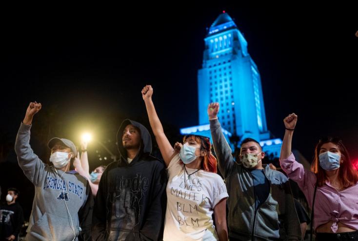 George Floyd halála miatt, akinek egy rendőr térdelt percekig a nyakán, országos rendőrellenes tüntetések indultak