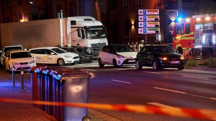 Terrortámadás? Gépkocsikba hajtott egy teherautó a németországi Limburgban