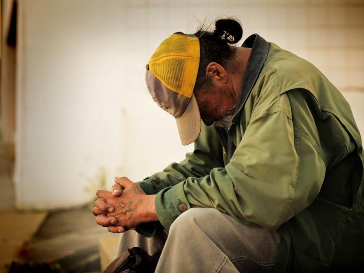 Brutálisan meggyilkolt két hajléktalant, majd hazament, tévézett és lefeküdt egy tatabányai fiú