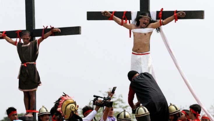 Többen keresztre feszíttették magukat a nagypénteki hagyományos ünnepségen