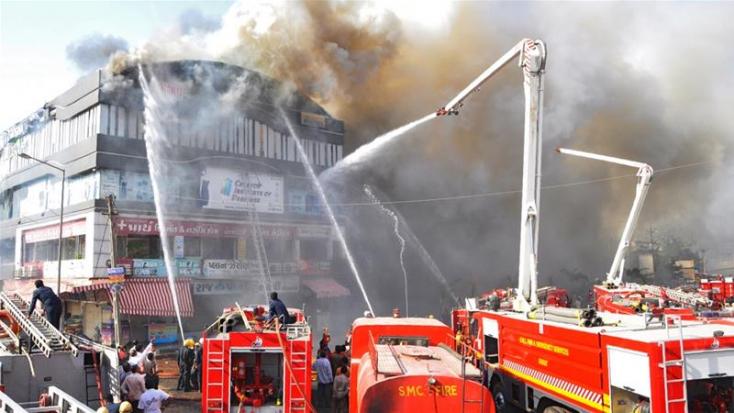 Tűz ütött ki egy indiai egyetemi épületben - sokan kiugrottak, mások halálra égtek!