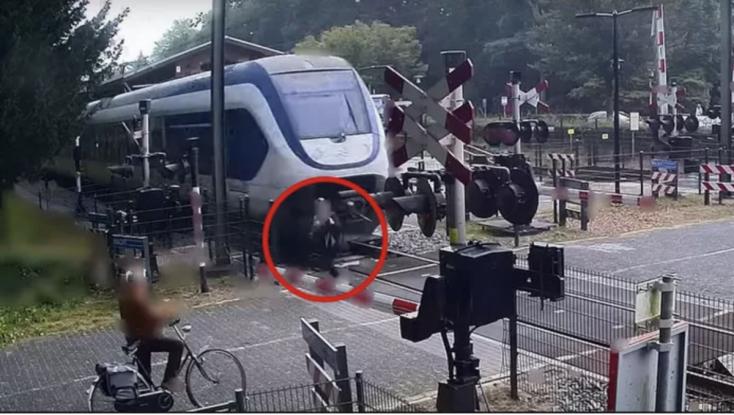 Sokkoló videó: Centiken múlt, hogy nem gázolta ela vonat a síneken szaladgáló nőt