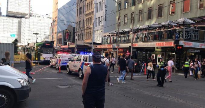 Melbourne-ben egy férfi megkéselt több járókelőt, egyikük meghalt