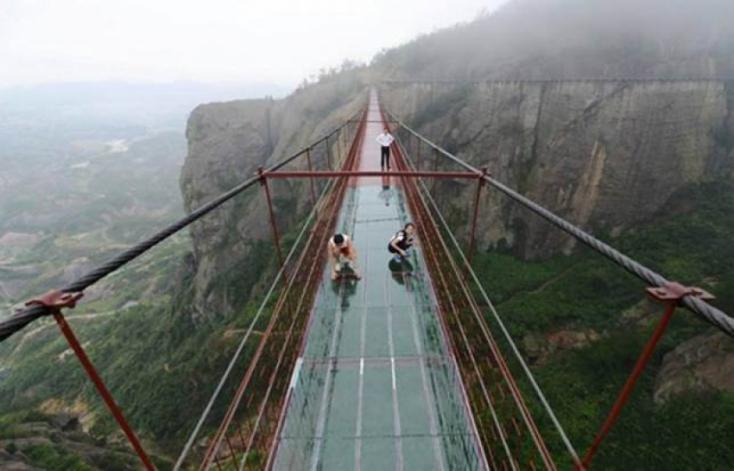 HORROR: Viharos szélben megrongálódott üvegfenekű függőhídon rekedt egy turista Kínában
