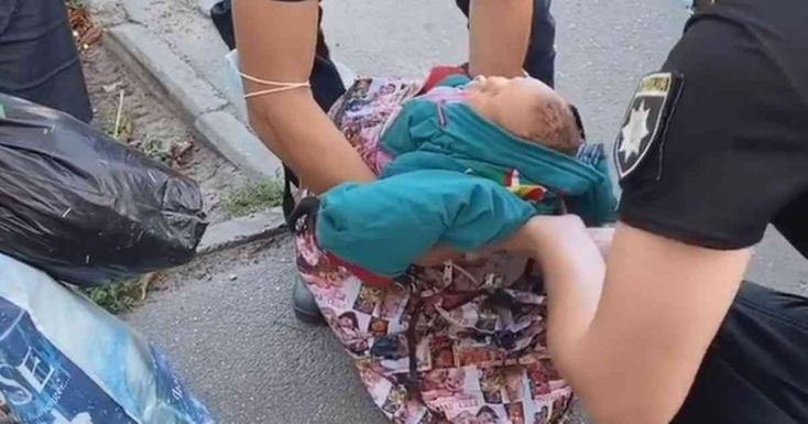 """ŐRÜLET:Szatyorbabújtatva vitte""""sétálni""""egyhetes kisbabáját egynő– VIDEÓ"""