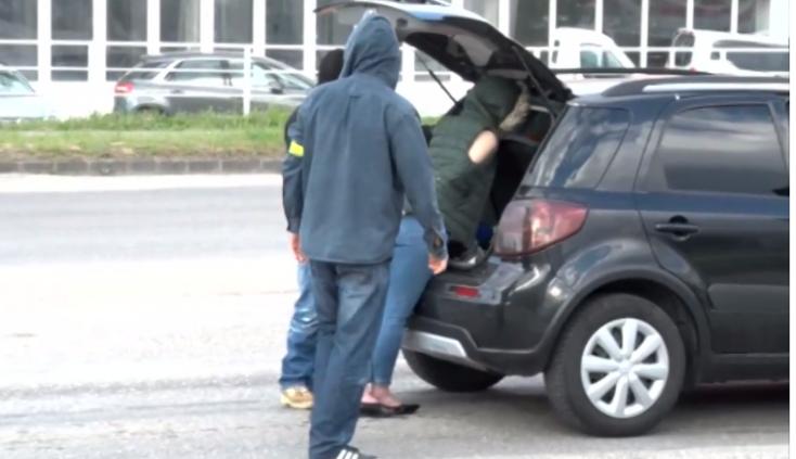 Kommandósok kapcsoltak le egy fiatal nőt a kereszteződésben