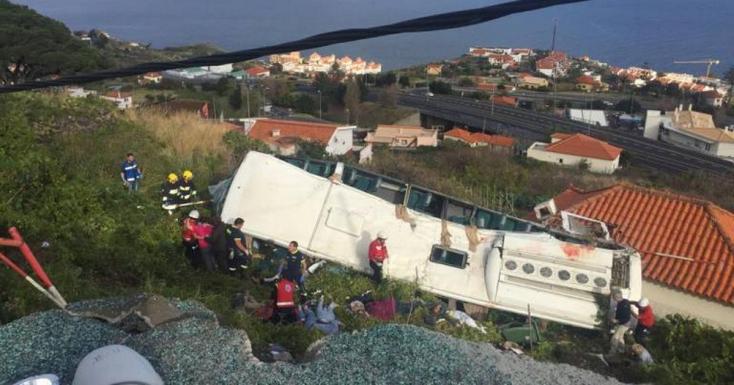BORZALOM: Turistákat szállító busz borult fel Madeirán - 28 halott!