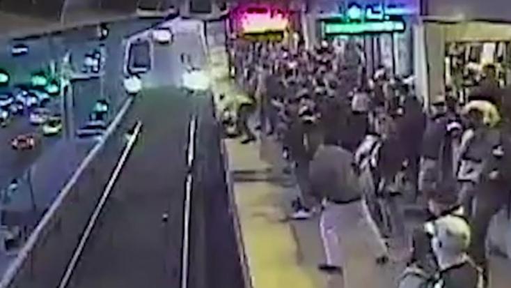 SOKKOLÓ VIDEÓ: Utolsó pillanatban mentették ki a metrósínekre esett utast