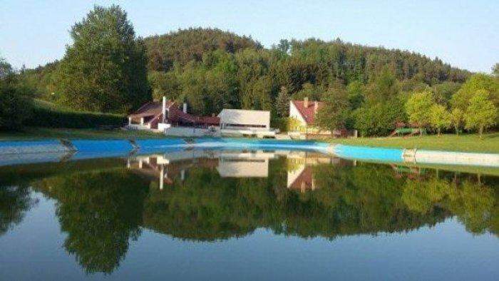 SZÖRNYŰ: Belefulladt a medencébe egy hatéves fiú a nyári táborban