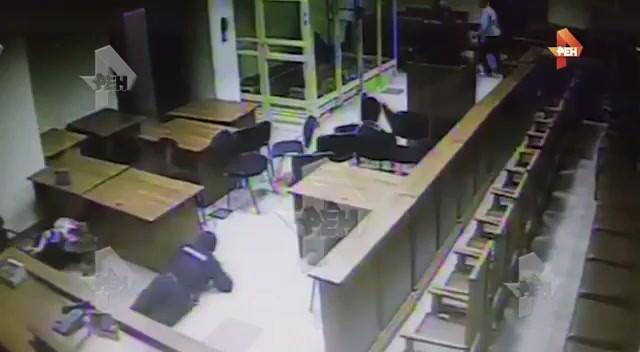 Oroszország: Öt gyilkos kezdett lövöldözni a bíróságon, hármat agyonlőttek - VIDEÓ